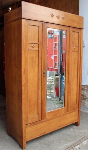 Good Zum Verkauf steht hier ein sch ner alter antiker Kleiderschrank mit Spiegel Der Schrank befindet