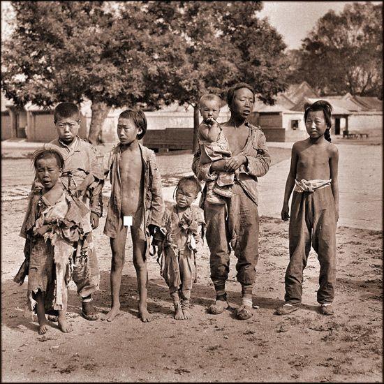 Voici une série totalement incroyable de photographies restaurées ! Certaines datent d'il y a près de 100 ans, elles sont des traces impressionnantes de l'histoire de Chine et de la manière dont vivait la population à cette époque. source : flickr.com