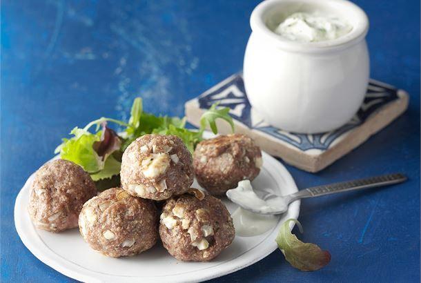 Kreikkalaiset lihapullat valmistetaan karitsanjauhelihasta ja maustetaan salaattijuustolla ja valkosipulilla. http://www.valio.fi/reseptit/kreikkalaiset-lihapullat/ #resepti #ruoka