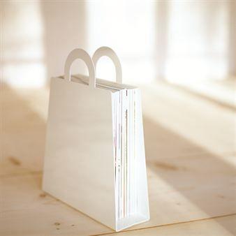 MagBag ist eine innovative Wohnidee von Maze aus Schweden. Dieser stylische Zeitungssammler ist flexibel - damit können Sie den gesamten Inhalt auch zum Altpapier-Container zu bringen, ohne lästig nach Müllbeuteln suchen zu müssen. Made in Sweden.