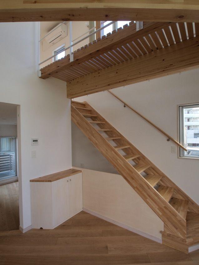 3階へつづく階段(変形旗竿地に建つ半地下スキップフロアの家)- リビングダイニング事例