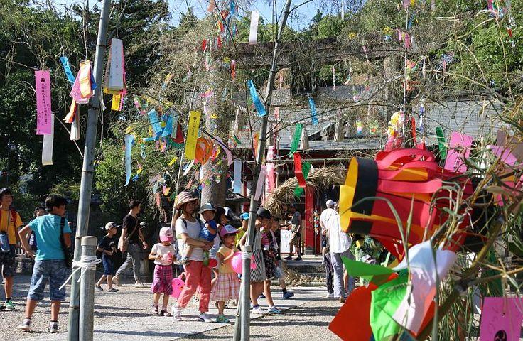 """大阪「七夕伝説」の神社、短冊手にした多くの人でにぎわう。 Ōsaka """"Tanabata Densetsu"""" no jinja, tanzaku te ni shita ōku no hito de nigiwau. Kuil """"Legenda Tanabata"""" Osaka, penuh sesak oleh banyak orang dengan tanzaku di tangan. https://thepage.jp/osaka/detail/20160706-00000001-wordleafv"""
