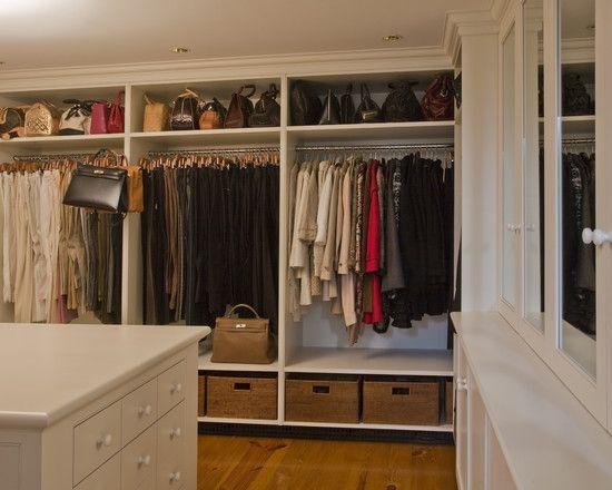 上はバッグ、中央はコートやジャケットやワンピース、下の籠にはTシャツや靴下などが収納出来る有能クローゼット。