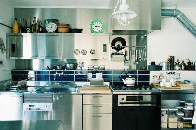 ステンレスの戸棚が厨房感をぐっとUP。男前なキッチンです。