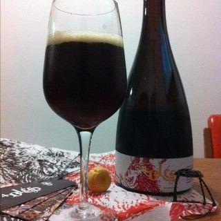 Cerveja Bodebrown 4 Blés, estilo Belgian Specialty Ale, produzida por Cervejaria Bodebrown, Brasil. 11.7% ABV de álcool.