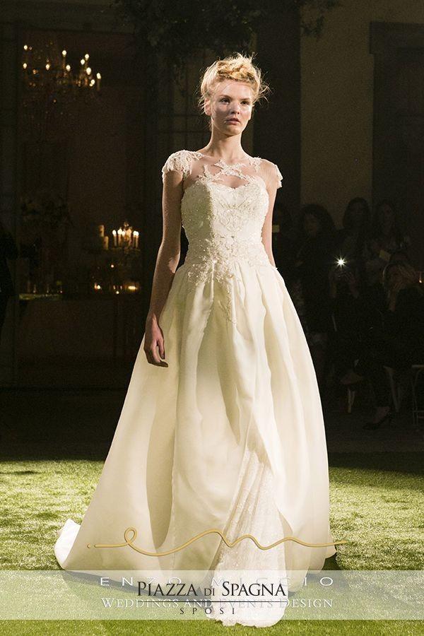 Il #romanticismo attraversa ogni modello della Bridal Collection 2016 di Enzo Miccio. Scopri tutti i suoi #abitidasposa su http://www.piazzadispagnasposi.it/collezioni/sposa/enzo-miccio-abiti/