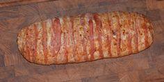 Saftigt og lækkert farsbrød fyldt med smeltet ost og toppet med sprød bacon.