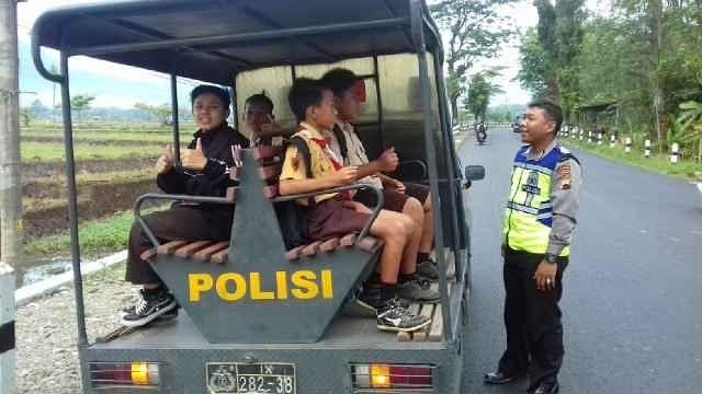 mogok bus memasuki hari ke 5 anggota polsek bantarbolang antar perlajar kesekolah.(19/7/2017). #tribratanewspemalang  #hmspoldajateng  #humasrespemalang  #polisi_indonesia