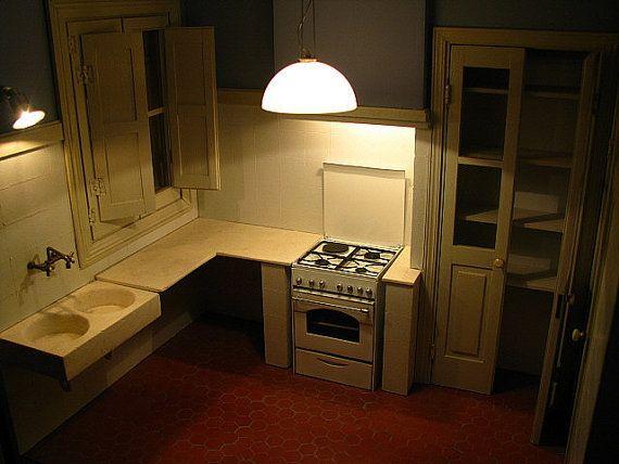 Fregadero de cocina realizado en piedra artificial imitación mármol, grifería de latón envejecido. Miniatura a escala 1/12. Medidas aproximadas 4,5x7,1 cms.