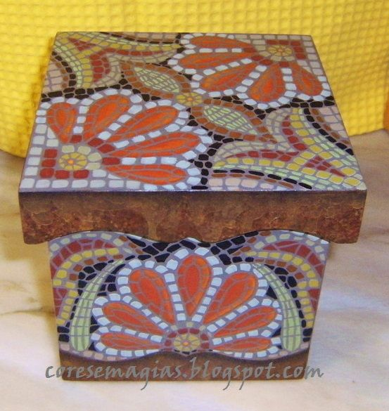 Caixa pintada com imitação de mosaico..Box painted with imitation mosaic.