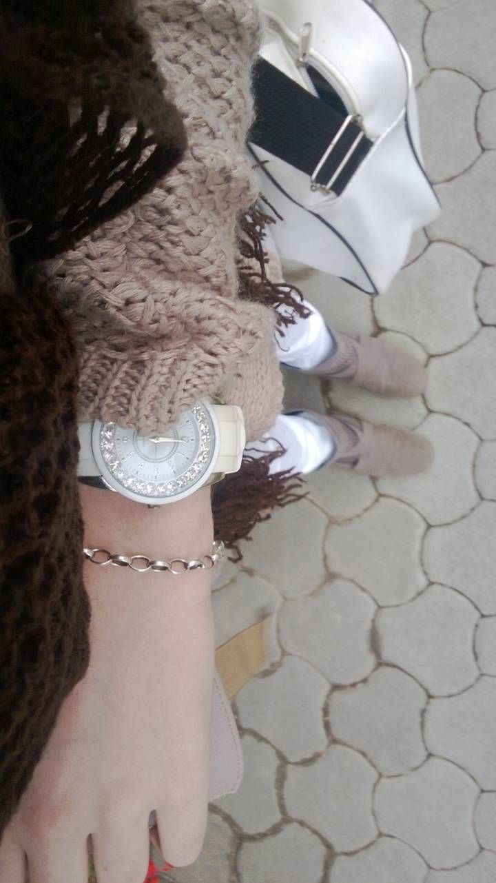 Outfit Monday, brown sweater, boots, white pants