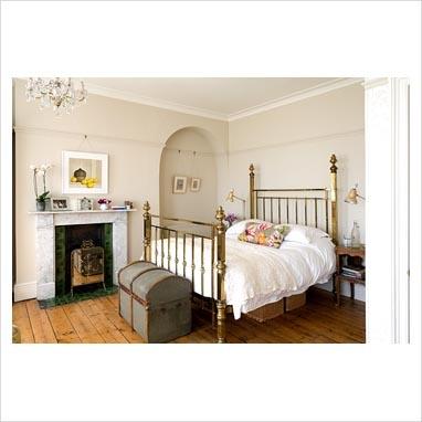 Brass bed + vintage trunk = fabulous!