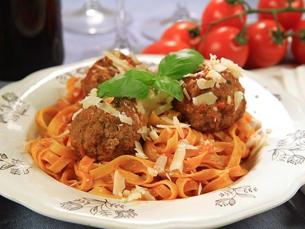 Spaghetti med stora köttbullar i tomatsås