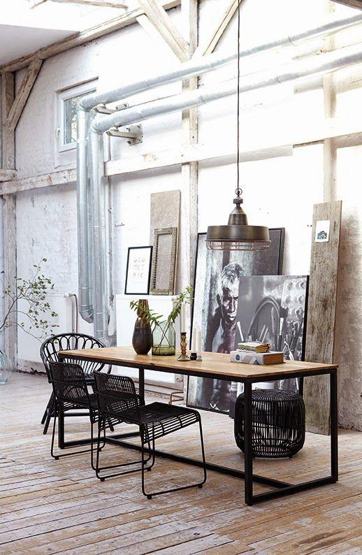 Gillar bordet från Housedoctor som kom 2013. Och det bordet har sina bordsben placerade yteffektivt i ytterhörnen. Men det är tyvärr för kort med sina 200 cm. Behöver ett bord på 240 cm för att rymma 4 stolar utmed vardera långsida.
