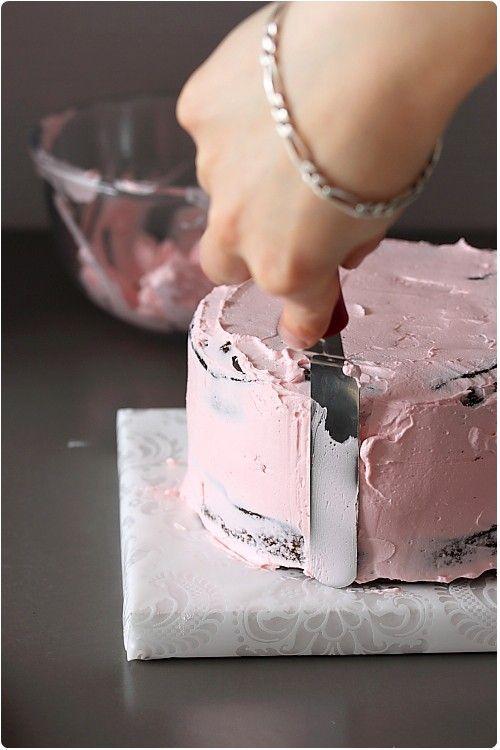 Le glaçage d'un gâteau n'est pas forcément chose aisée mais il est bien de savoir le faire pour rendre un gâteau visuellement gourmand. Je vais vous expliq