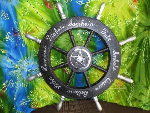 Ce plaisir roue de lannée vous aideront à célébrer le cycle soleil avec toute la famille ! Lécarteur de mur inclus vis dans le mur et sinsère dans les cales correspondants à larrière de la roue. Pour faire pivoter, simplement lascenseur vers le haut et hors du coin de mur, tourner et retour assis sur le coin derrière le Sabbat suivant. Tous les 8 Sabbats sont peintes en argent sur fond noir moucheté céleste sur la roue et la pièce centrale tourne aussi pour le garder convenablement…