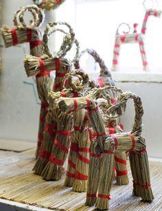 Olkipukki to tradycyjna, świąteczna ozdoba wykonywana ze słomy i czerwonych wstążek. Słomiana koza jest nie tylko choinkową ozdobą. W większym rozmiarze dekoruje się nią fasady domów czy miasta. #finuu #finuupl #finlandia #finland #christmas #bozenarodzenie #swiatecznedekoracje #tradycjefinskie #ozdoby #diy #dekoracjezesłomy #olkipukki