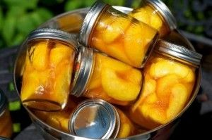 Broskyňový kompót sa odporúča vyrábať zo šúpaných plodov, vyzerá lepšie.