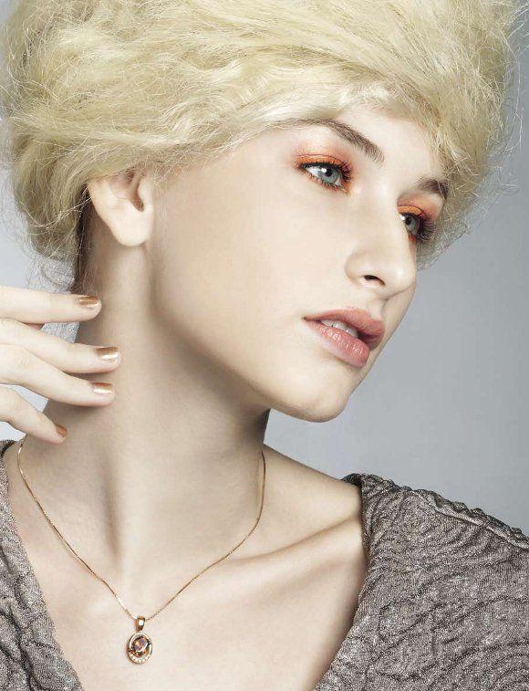Kilauan Warna - Biarkan pendar cahaya perhiasan melebur pada riasan wajah Anda. Kombinasikan warna cerahnya untuk tampilan yang modern serta glamor.Fotografi oleh Jekylim Liem.