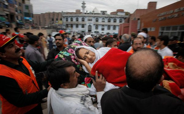 October 27, 2015 MOHAMMAD SAJJAD/ASSOCIATED PRESS Deadly Quake in Pakistan and Afghanistan A woman was rescued in Peshawar, Pakistan, on Monday after an earthquake in the region left more than 200 dead. Page A4.