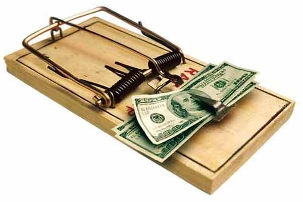 Как банки обманывают клиентов | С каждым годом банки придумывают всё больше способов обмана своих клиентов, пользуясь их доверчивостью и неосведомлённостью. Причём все эти приёмы по отъёму денег у населения относительно законны.  Просто в одних случаях сотрудники банков утаят важную информацию, в других «забудут» обратить внимание на важное условие договора или пропишут его микроскопическим шрифтом.....