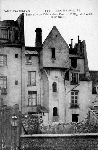 La tour de Calvin, appelée ainsi parce qu'on suppose que Jean Calvin a échappé à une arrestation en 1535, juste avant de s'exiler à Bâle, fait partie de l'ancien collège Fortet. En 1585, l'endroit devient un lieu de réunion des catholiques, cette fois-ci. La Sainte Ligue, ou seconde Ligue y est formée sous l'impulsion du duc de Guise.