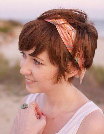 スカーフで作ったヘアバンド風のアレンジはショートヘアに良く似合います。自然体な雰囲気が素敵ですね。