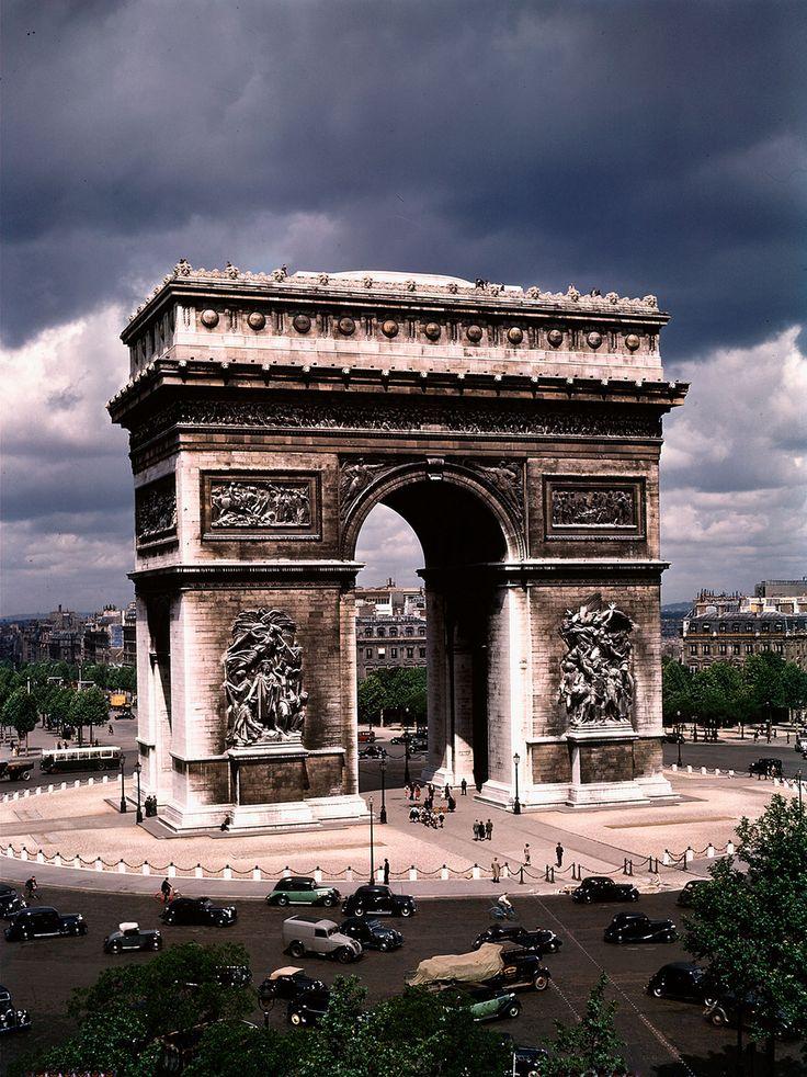 19 Amazing Color Photos Of Paris In July 1939 Arc de Triomphe C'est là que l'on voit les efforts de dépollution des monuments...