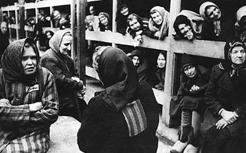 """Dentro de um alojamento do Gulag em Alzhir, Cazaquistão. Alzhir foi estabelecido para os parentes do sexo feminino de """"traidores da pátria"""" - mães, esposas, irmãs, filhas. Crianças menores de três anos de idade acompanhadas de suas mães. Em seguida, elas eram enviados para orfanatos, por crime por associação."""