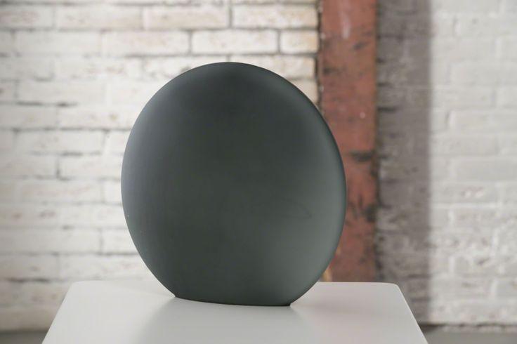 lampe de Table Ronde    Lampe de table ronde en verre dépoli, existe en différents coloris : blanc, gris, orange, rouge, vert.    Hauteur 20 cm / Profondeur 12 cm / Largeur 30 cm / Poids 1.9 kg / Ampoule E14