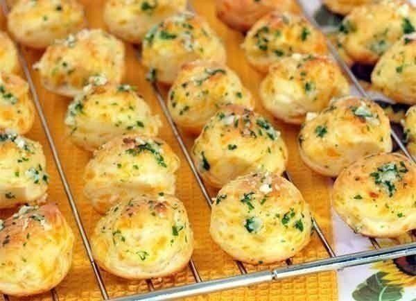 Ингредиенты: белки яичные - четыре штуки. сыр твердый - 200 грамм мука пшеничная - одна столовая ложка растительное масло - для фритюра зелень петрушки перец черный молотый соль Приготовление: Белки взобьем, понемногу добавляя тертый сыр. П олученную массу посолим, поперчим. Сделаем небольшие шарики, обваляем их в муке и обжарим в разогретом масле. Когда шарики увеличатся в объеме, нужно вынем их шумовкой из сковороды и подсушить. Подаем, выложив на подогретое блюдо и посыпав зеленью…