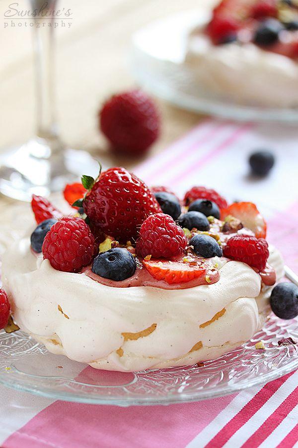 mini pavlova with berries