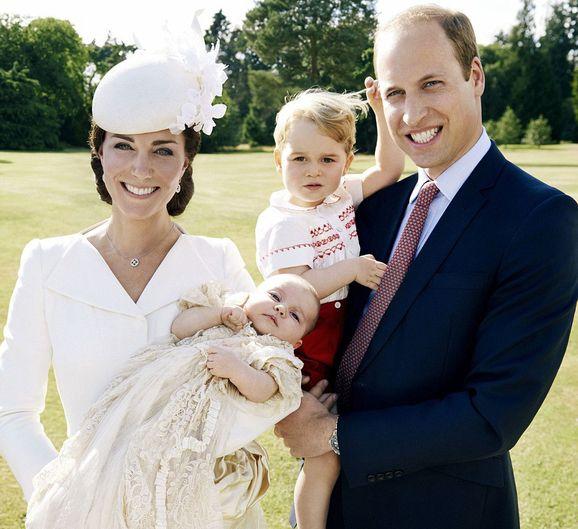 Первые официальные фото королевской семьи после крещения принцессы Шарлотты
