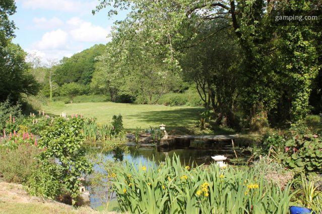 [Gamping] GUIMILIAU, Bretagne // Une ancienne pisciculture achetée en 2008, beaucoup d'imagination, de passion et de travail font de ces 2,5 hectares l'endroit idéal pour se ressourcer. Rivière, source, étang, petits bassins, boulodrome, potager en carrés...chiens, chats, chèvres... si vous aimez la nature et les animaux, ce lieu est fait pour vous. Accueil cheval possible ( nous contacter).