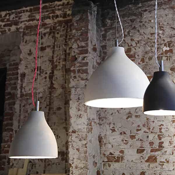 Een favoriet van interieurontwerpers voor interieur- en commerciële projecten: hanglamp van wit, lichtgrijs, donkergrijs of terracotta bruin beton. De lamp heeft een plafondkapje van geborsteld staal en een rood snoer of een zwart of wit snoer met bijpassend plafondkapje. De collectie bestaat uit een wandlamp, een hanglamp small en een hanglamp medium.