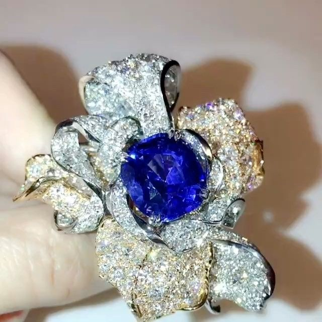 Anna Hu Haute Joaillerie. Pétales d'Amour Ring featuring a vivid blue Sri Lankan Sapphire of 13.86 carats, set in A stunning mix of rose and white gold.