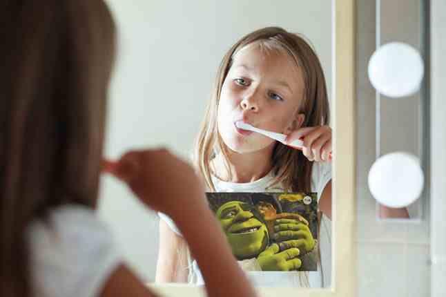 Jak przekonać dziecko do mycia zębów? Wyświetlać mu kilkuminutowe bajki w łazience! Telewizor w lustrze to bardzo przydatna rzecz :)