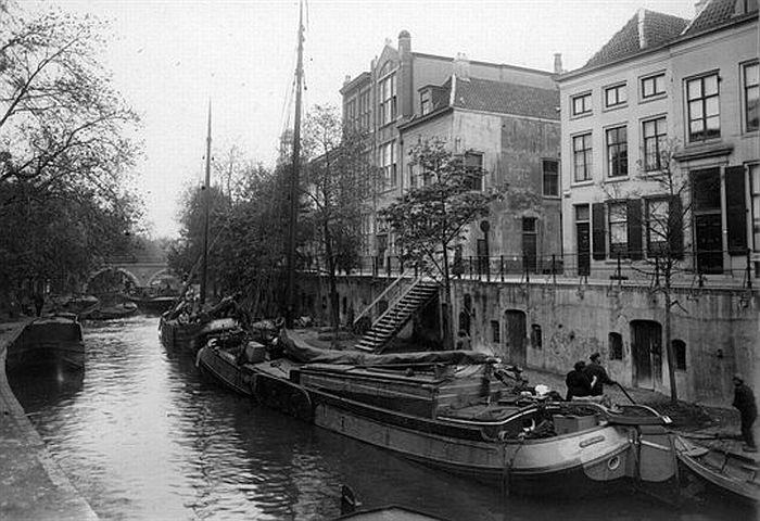 1939. De Oudegracht was de belangrijke handelsroute naar de stad. Rechts ingang Waterstraat