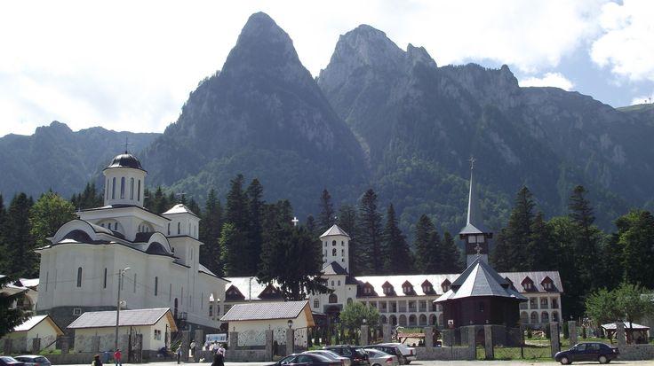 Manastirea Caraiman.  Manastirea Caraiman este o manastire ortodoxa aflata in localitatea Busteni, la poalele masivului Caraiman.   Mănăstirea Caraiman este situată la o altitudine de aprox. 900 m, fiind printre cele mai mari altitudini în care s-a construit un locaș de cult în țara noastră.