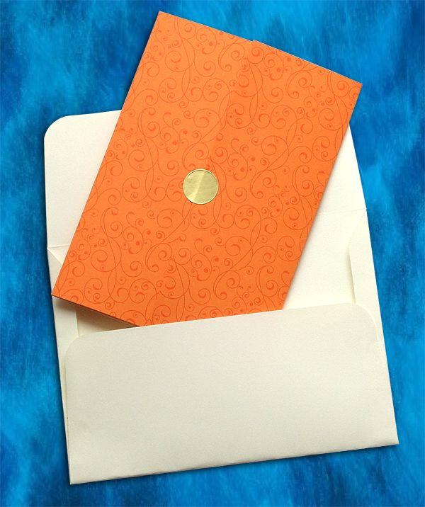 Το χαρτί από το οποίο είναι κατασκευασμένο το εξωτερικό τμήμα του προσκλητηρίου είναι ποιοτικό χαρτί για προσκλητήρια Πορτοκαλί χρώματος με ανάγλυφη, γκοφρέ επιφάνεια (τύπου κανσόν & βάρους 220 γρ.) και τυπωμένη vintage διακόσμηση (pattern). Για να κλείνει το προσκλητήριο χρησιμοποιούμε, αυτοκόλλητη βούλα σε χρυσό ή ασημένιο χρώμα (ανάλογα με την επιλογή σας)