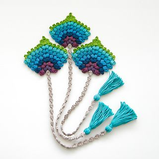 This crochet bookmark in the form of a peacock feather would make for a lovely and original birthday, teacher or Christmas gift.