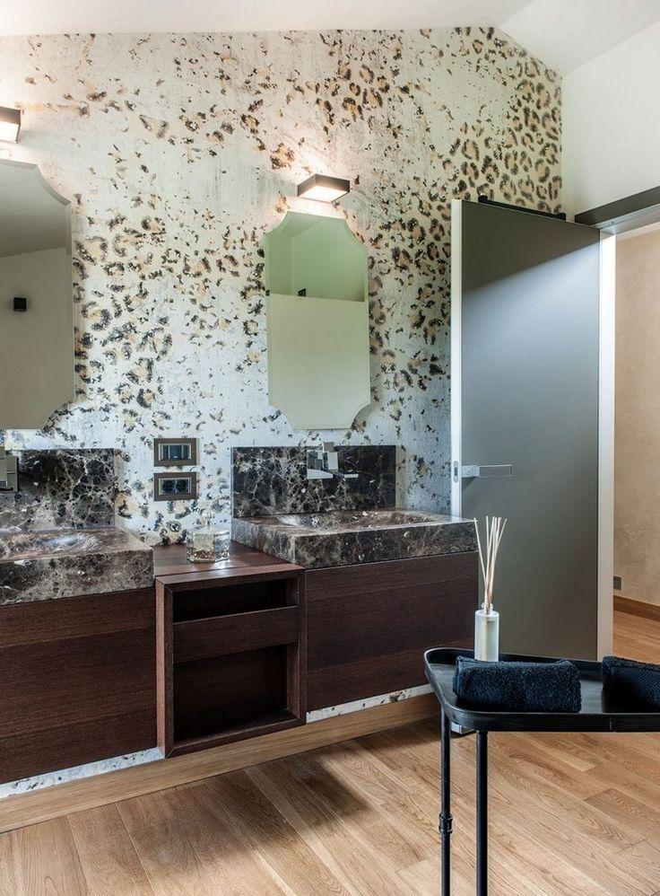 salle de bains moderne avec meubles en bois, lavabos en marbre et sol imitation bois massif