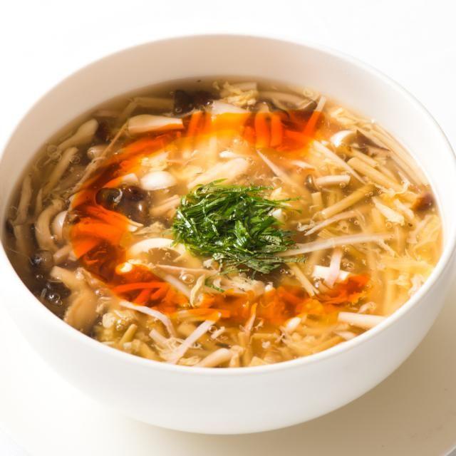 """「天厨菜館」 天王洲アイル店の山野辺 仁シェフ考案レシピをご紹介(^o^)/  ベースは同じで刻んだトマトを入れたり、もっとトロミをつけてあんかけ焼きそばにするなど様々なバリエーションがきくので、自分のお好みの酸辣スープを是非作ってみてください。  【""""逸品レシピ""""はこちら】 http://www.chefgohan.com/ippin/35/#2  【レシピ詳細はこちら】 http://www.chefgohan.com/card/detail/2736 - 134件のもぐもぐ - きのこと野菜たっぷりのサンラータン by シェフごはん"""