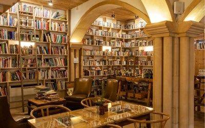 Goed nieuws voor wie graag reist en leest: dit hotel in de Portugese gemeente Óbidos is ondergebracht in een oud klooster en herbergt meer dan vijftigduize...