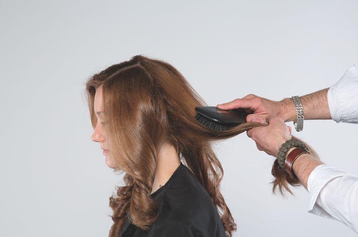 ETAPE 5 : Brosser la chevelure et définir les ondulations avec l'aide de LISS CONTROL +. STAP 5 :  De hardos borstelen en de golven definitie geven met behulp van LISS CONTROL +
