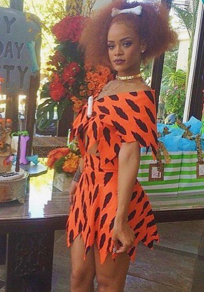 Rihanna Picapiedra ¡Yabba dabba doo! La fiesta temática de su sobrina exigía un disfraz prehistórico y Rihanna, como no podía ser de otra forma, fue la sensación http://los40.com/los40/2015/06/05/fotorrelato/1433503742_574263.html#1433503742_574263_1433922666