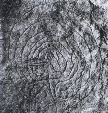 Labirinto inciso nella roccia trovato in Sardegna, risalente al neolitico