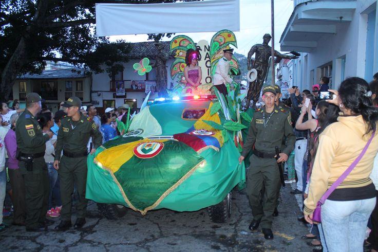 La alegría y los colores de nuestra institución, recorriendo las calles de #Salamina en la tradicional 'Fiestas del Fuego'. #Seguridad