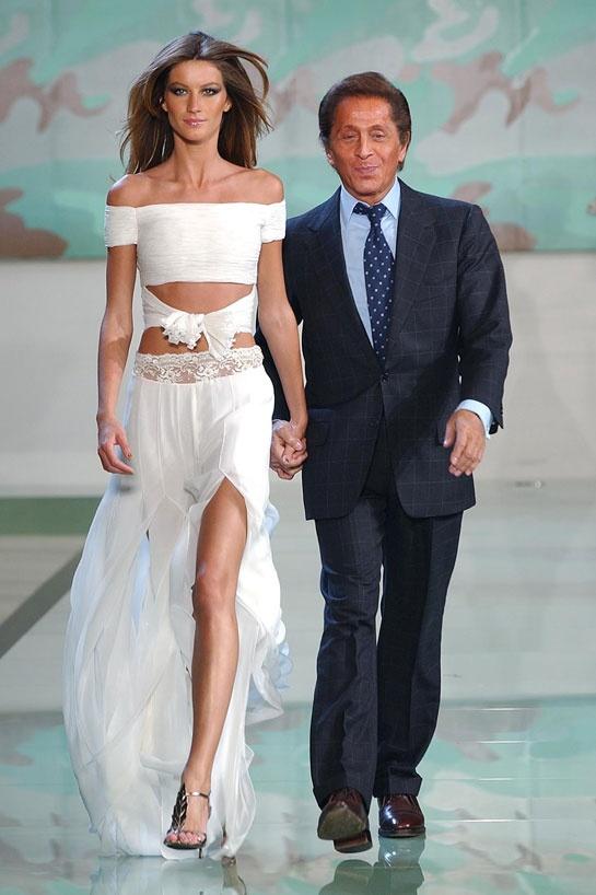 Gisele Bündchen et Valentino ferment le défilé Valentino printemps-été 2003 http://www.vogue.fr/mode/cover-girls/diaporama/gisele-buendchen-en-40-looks/8300/image/530284#21