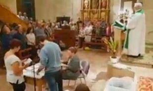 Recuento de votos durante la misa en una iglesia de Vila-rodona Tarragona
